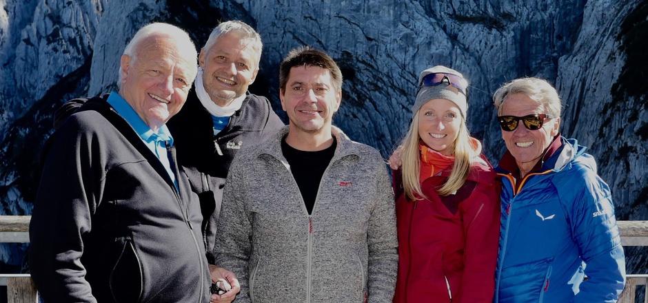 Feierabend bei den Dreharbeiten auf dem Stripsenjochhaus: Toni Silberberger (Produzent), Kurt Treffner (Kamera), Christian Fankhauser (Hüttenwirt), Mathea Holaus (Regie) und Peter Habeler (v.l.).