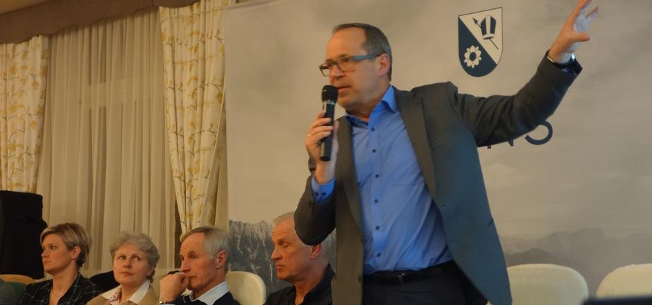Bürgermeister Benedikt Erhard stellte sich zusammen mit den Gemeinderäten einer offenen, teils sehr kritisch geführten Diskussion.