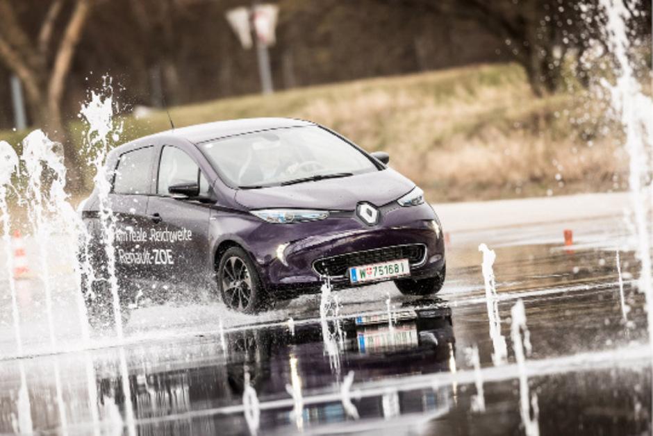Renault stellt 22 Zoës in die acht Fahrtechnikzentren des ÖAMTC – zum aktiven Hineinschnuppern in den Umgang mit E-Mobilität.