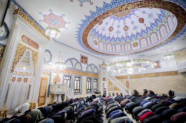 Göttliches Gebot: Der heilige Fastenmonat Ramadan verschiebt sich nach dem islamischen Mondkalender jedes Jahr um ca. zwei Wochen. Bis Sonnenuntergang wird auf Essen, Trinken, Rauchen und Sex verzichtet. Kranke, Schwangere und Kinder sind ausgenommen.