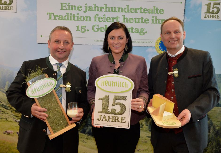 Ministerin Elisabeth Köstinger gratuliert ARGE-Heumilch-Obmann Karl Neuhofer (l.) und Koordinator Andreas Geisler zum 15-Jahr-Jubiläum der ARGE Heumilch.