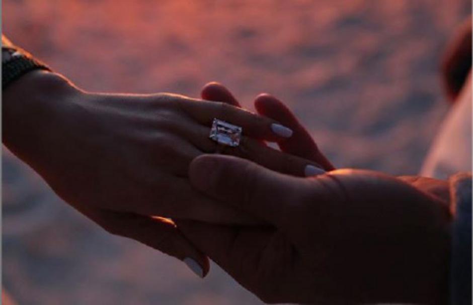 Auf Instagram zeigt Jennifer Lopez ihren Verlobungsring.
