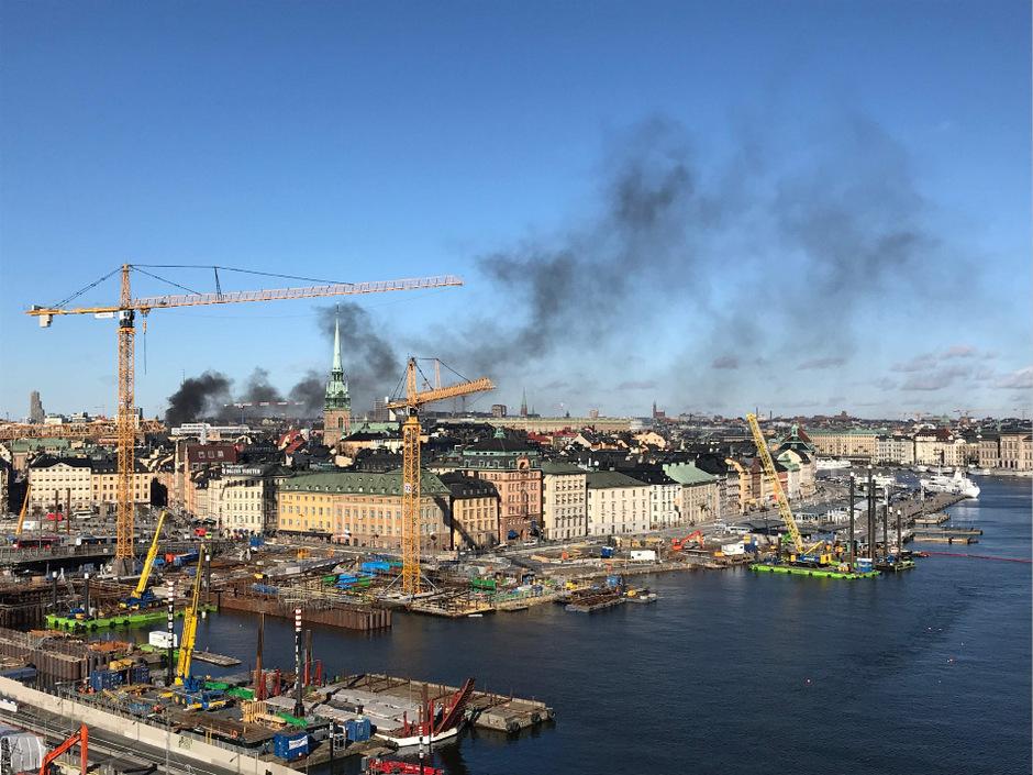 Rauch war nach der Explosion im Stockholmer Stadtzentrum weit zu sehen.