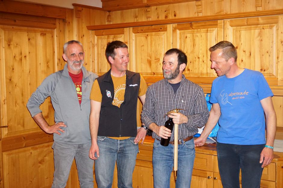 Der scheidende Obmann Markus Huber (2.v.r.) wird von Herbert Zambra (l.), Stefan Stern und Toni Thum (r.) mit dem Alpenrautepickel geehrt.