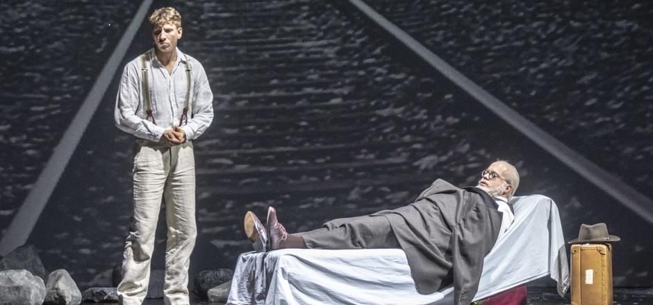 Franz (Tom Hospes) will sich von Sigmund Freud (Jan Schreiber) verabschieden.