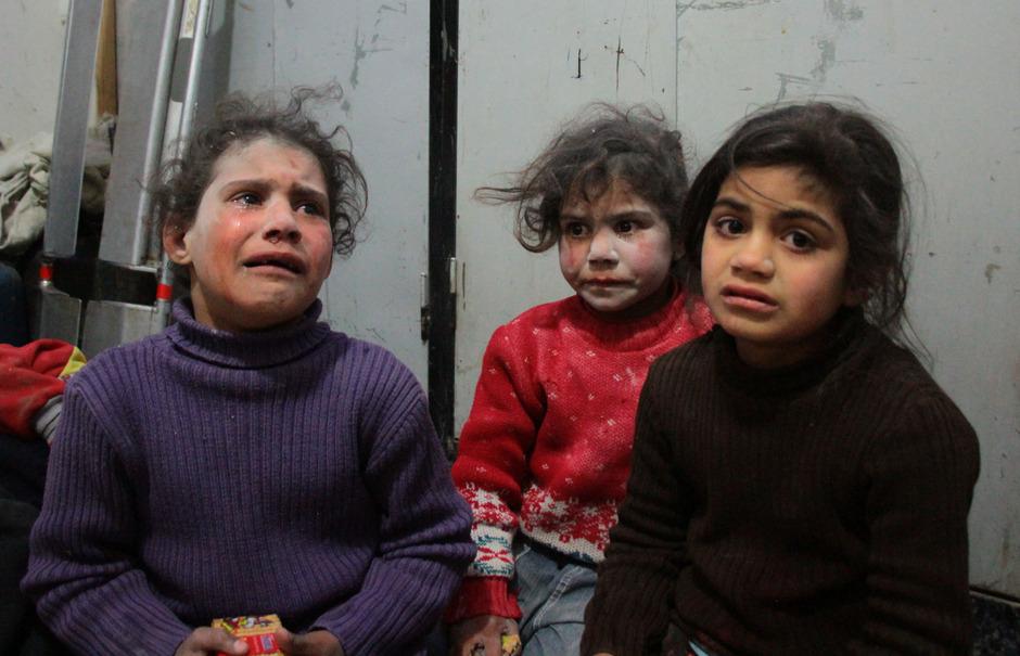 Viele syrische Kinder kennen nichts anderes als Krieg. Die Mehrheit von ihnen ist dennoch optimistisch. Das Bild zeigt Kinder nach einem Bombenanschlag in einem provisorischen Krankenhaus in Douma.