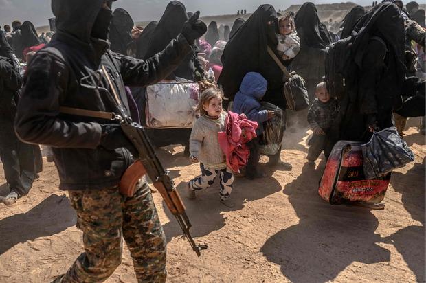 Frauen und Kinder werden aus Baghouz evakuiert.