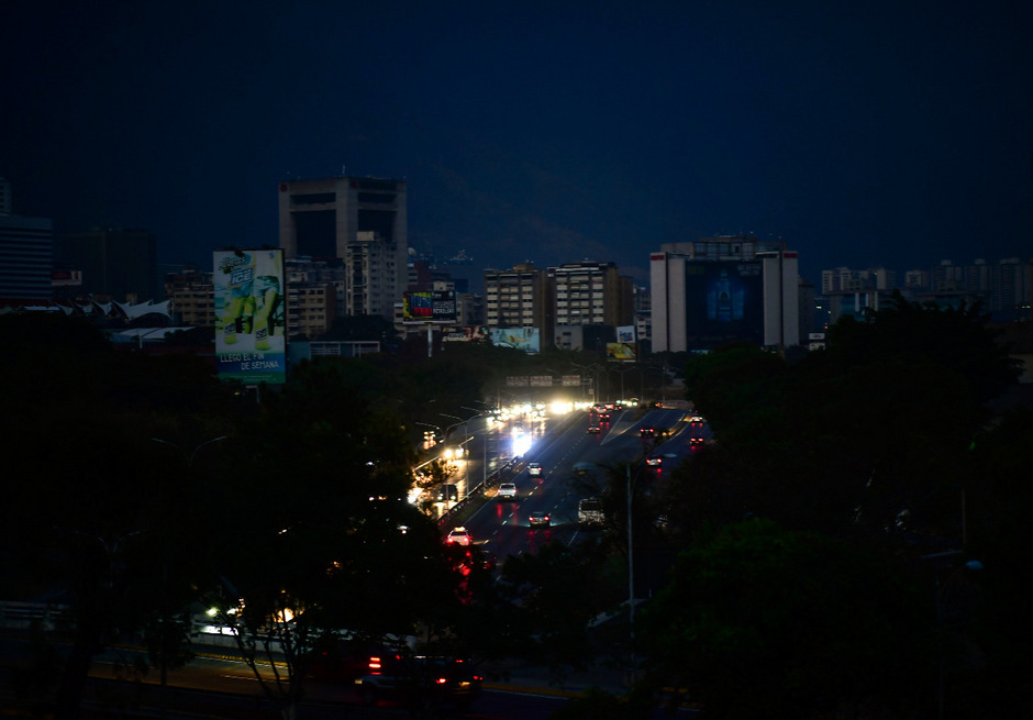 Die Hauptstadt Caracas liegt größtenteils im Dunkeln.