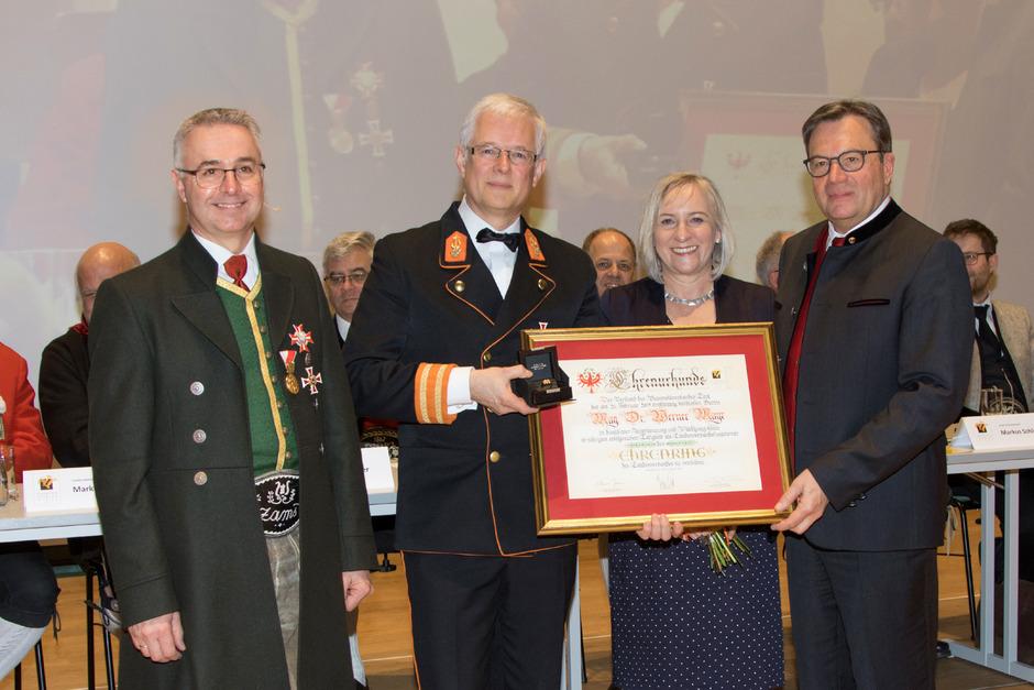 Obmann Elmar Juen, Werner und Christl Mayr mit Präsident Günther Platter (v.l.) bei der Überreichung des Ehrenringes.