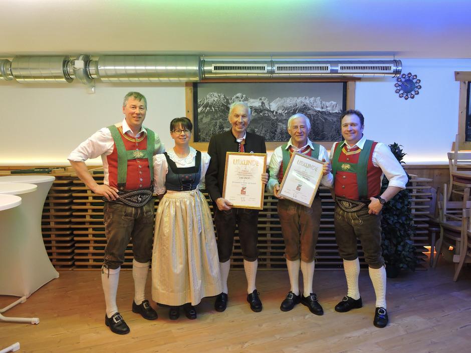 Ehrungen: Markus Ritter (l.), Martina Riedmüller und Obmann Josef Huter (r.) gratulierten Leo Jöchl und Alois Pfeffer (v.l.).