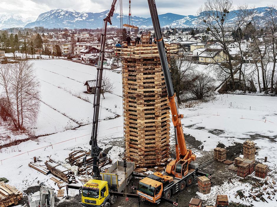 Die Idee zum Weltrekord-Funken entstand in Lustenau bereits um das Jahr 2000, als in Gaißau  mit 41 Metern der bisher höchste Funken brannte. Den Weltrekord hält laut Guinnessbuch seit 2016 das norwegische Alesund mit einem 47 Meter hohen Mittsommerfeuer.