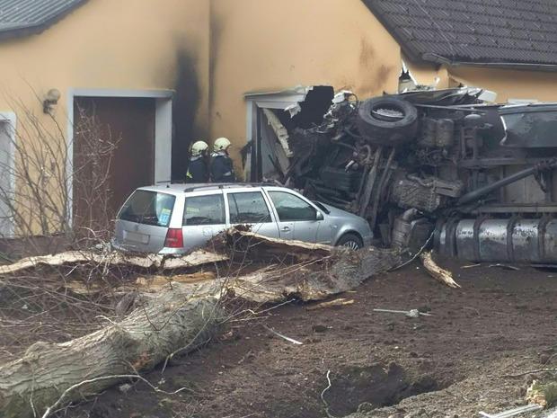 Ein Tiertransporter ist in Litschau in ein Wohnhaus gefahren.