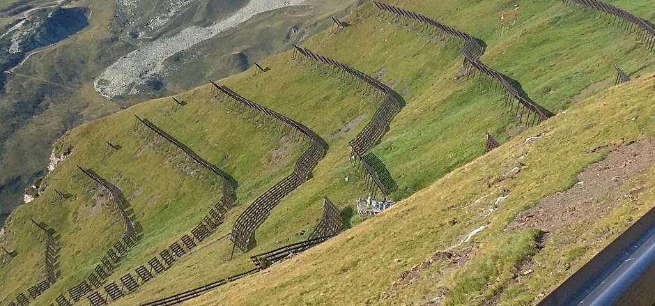 In Hintertux entsteht auf alpinen Weiden ein Lawinenschutz.