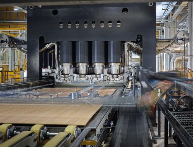 Durch die zusätzliche Pressenanlage werden die Beschichtungskapazitäten im Bereich dekorative Möbeloberflächen auf jährlich rund 26 Mio. m² erhöht.
