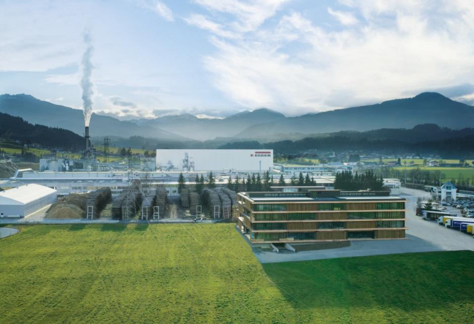 Das Tiroler Familienunternehmen mit 9.600 Mitarbeitern weltweit zählt zu den führenden Holzwerkstoffherstellern.