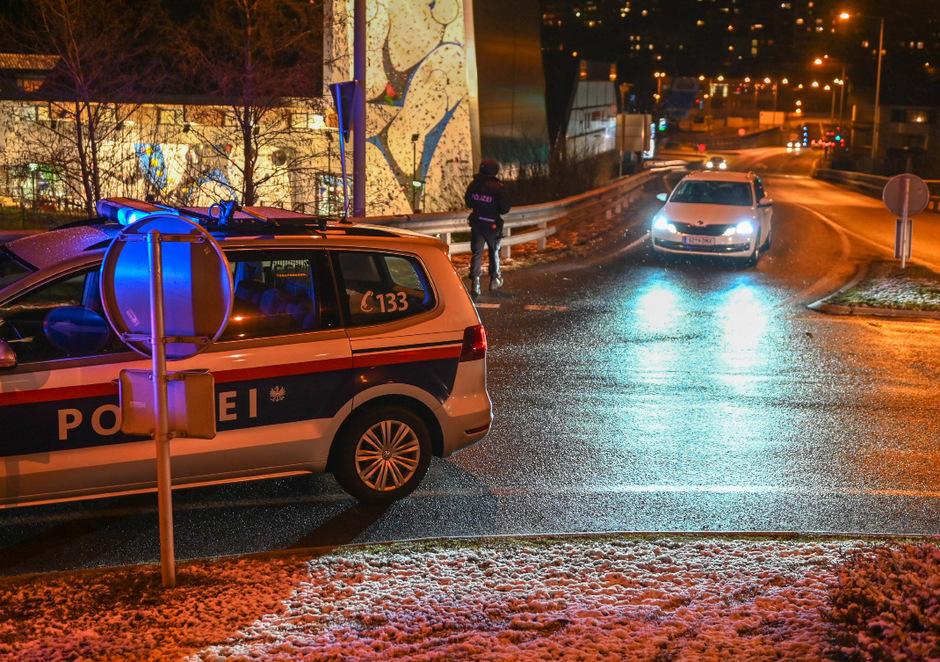 Polizeautos am Montagabend in Telfs.