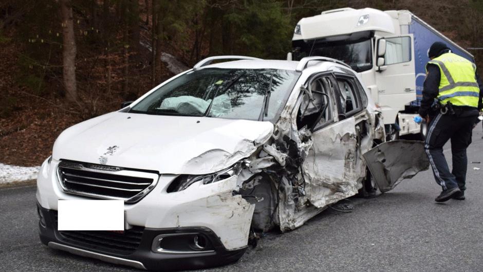 Das Auto des Unfalllenkers wurde total beschädigt.