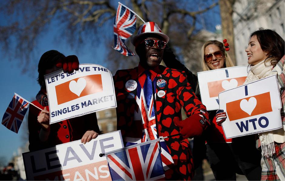 Pro-Brexit-Aktivisten zeigen vor der Downing Street ihre Unterstützung für einen EU-Austritt.