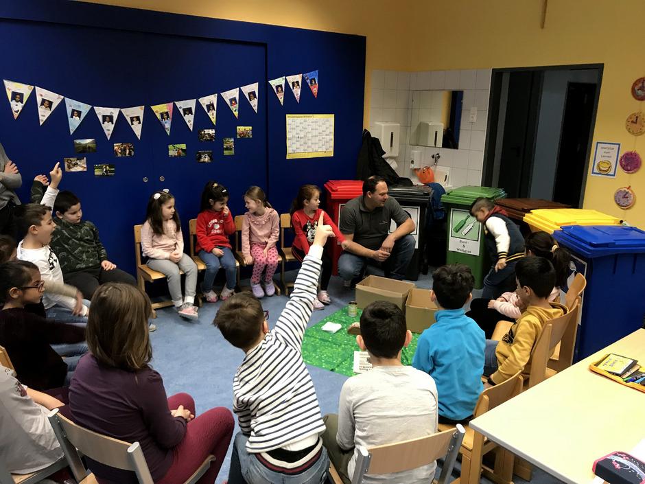 Beim Workshop lernten die Kinder, wie die verschiedenen Mülltonnen aussehen und was hineingehört.