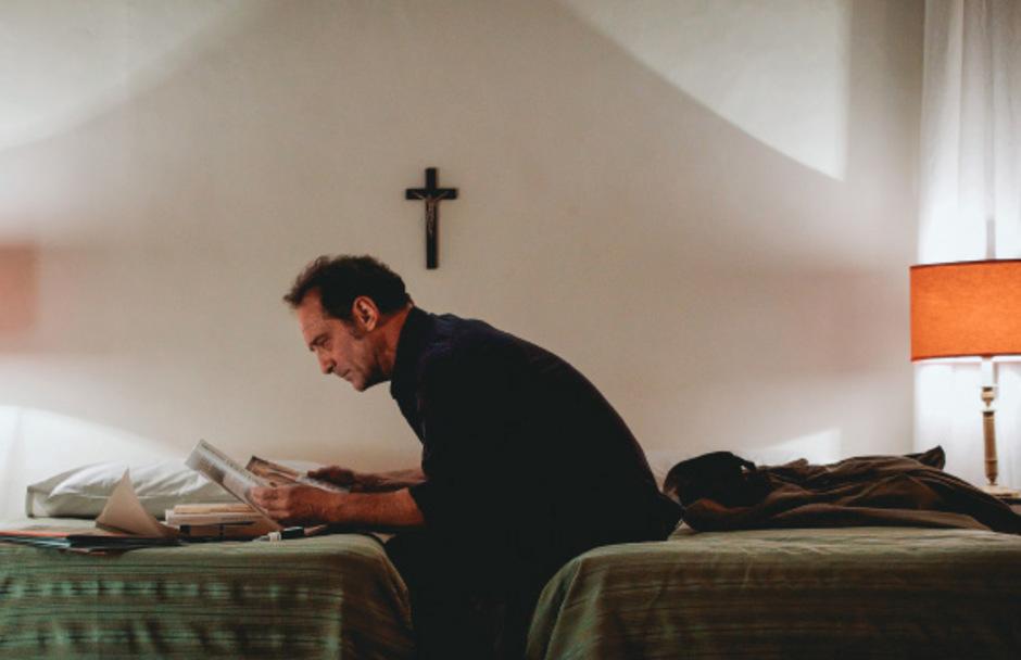 """Ein Reporter auf der Suche nach der Wahrheit und dem Übersinnlichen: Vincent Lindon als Jacques Mayano in Xavier Giannolis """"Die Erscheinung""""."""