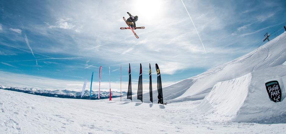 Flugshow vor blauem Himmel: Die Freeski-Rookies eroberten die Lüfte hoch über Innsbruck.