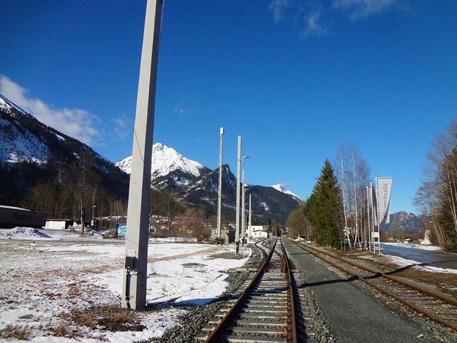 Auch der Bahnhof Vils wird mit Oberleitungsmasten ausgerüstet werden.