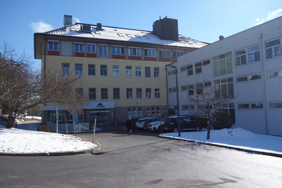 Über 70 Jahre lang hat das Krankenhaus Natters das Dorf geprägt und über die Landesgrenzen hinaus bekannt gemacht. In der Bevölkerung herrscht vielfach Unverständnis über die geplante Schließung.