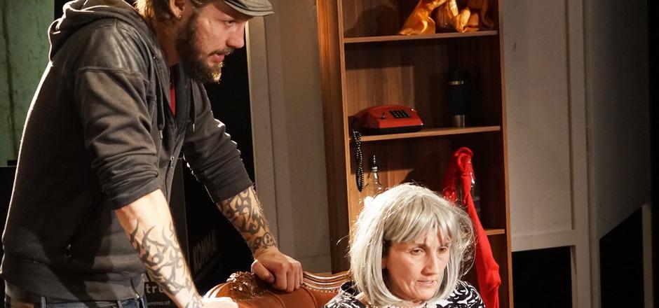 """Phillip Beck spielt den Sohn von """"Mutter"""" Brigitte Einkemmer."""