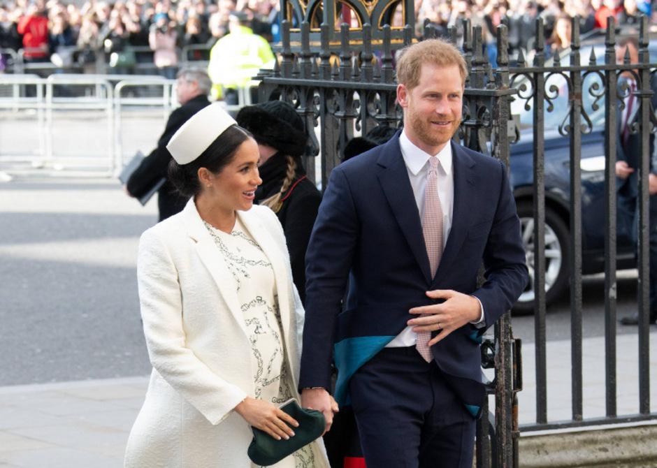 Herzogin Meghans Outfit soll 10.500 Euro gekostet haben; die Kreation ist von Victoria Beckham.