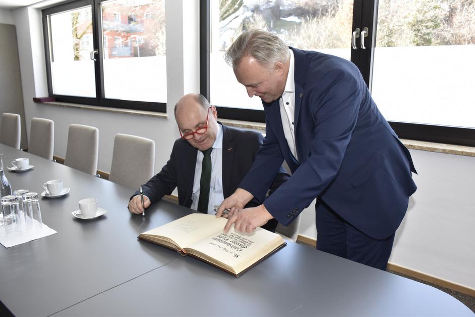 Nationalratspräsident Wolfgang Sobotka (l.) trug sich ins Goldene Buch ein, das BM Stefan Weirather bereithielt.