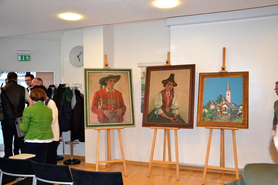 """Zwei Porträts und eine Ansicht des Dorfes hat Frederick Jaeger in Sillian gemalt. Der """"Dorftrompeter"""" stellt Joseph Außerhofer dar, das """"Mädchen in Tiroler Tracht"""" dessen Verlobte Ilse Bina."""