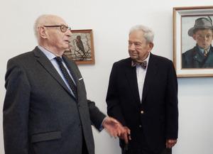 Günther Goller und George Jaeger  vor den Gemälden Frederick Jaegers.