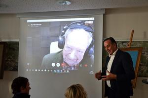 Georg Jäger bzw. George Jaeger, nimmt über Skype an der Präsentation in Sillian teil. Die Bilder seines Vaters kamen als Schenkung nach Osttirol.