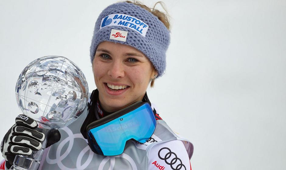 Nicole Schmidhofer strahlte mit der Abfahrts-Kristallkugel um die Wette.