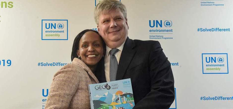 Eigentlich kein Grund zum Lächeln: der Inhalt des GEO-Berichts, den die Chefs des UNO-Umweltprogramms – Joyce Msuya (l.) und Estlands Minister Siim-Valman Kiisler – gestern in Nairobi präsentierten.