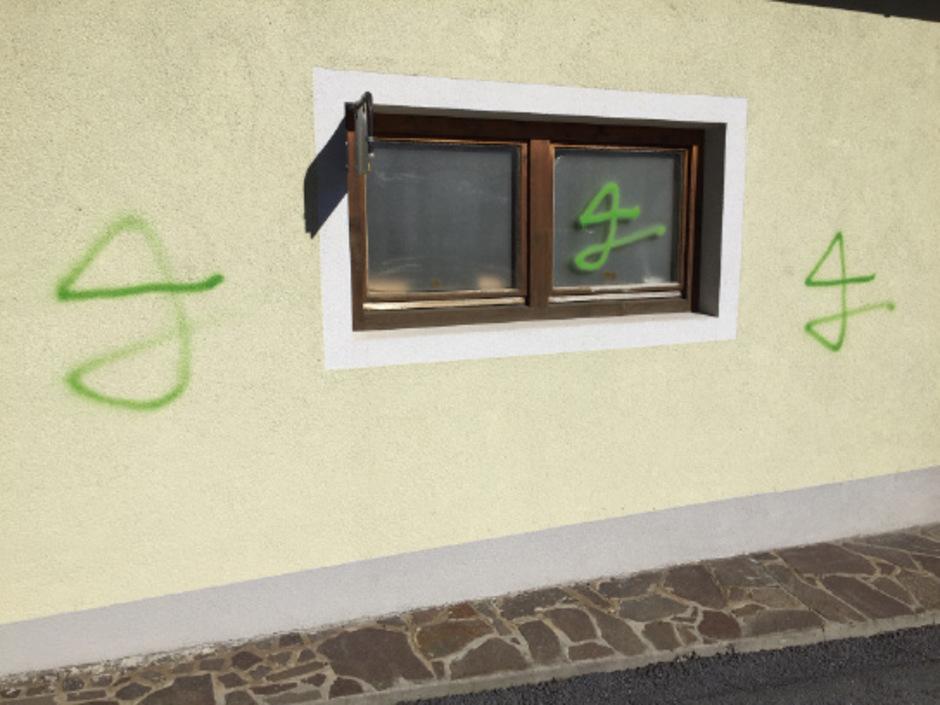Unter anderem Hauswände wurden in Zams von den beiden besprüht.