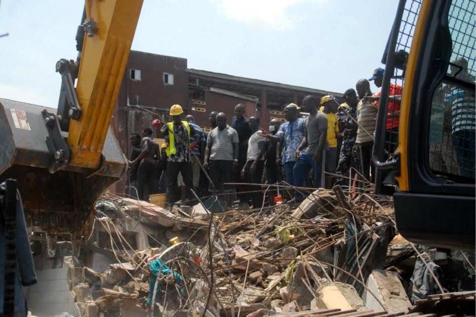 Rettungskräfte bergen ein Kind aus den Trümmern.