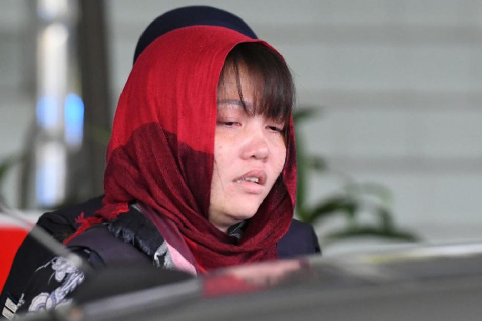 Doan Thi Huong wird nach der Verhandlung abgeführt.