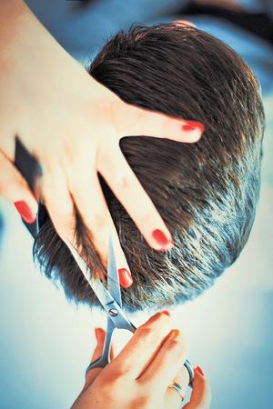 Damen-Kurzhaarschnitt und Herren-Frisur sollten nach dem Aufwand verrechnet werden.