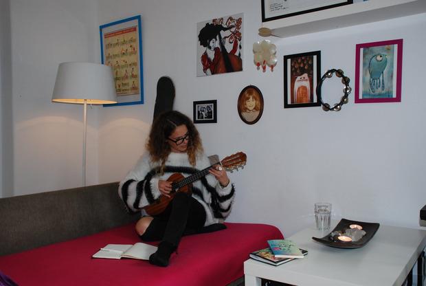 """Die Tiroler Sängerin Verena Pötzl, die derzeit gerade in der West Side Story im Tiroler Landestheater zu sehen ist, hat sich das Ukulele-Spielen selbst beigebracht: """"Ich liebe das Instrument. Jeder wird fröhlich, wenn er eine Ukulele hört."""""""