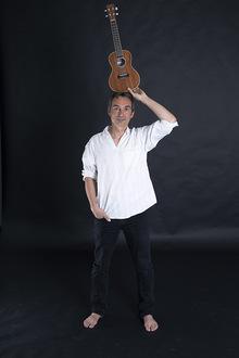 """Frajo Köhle vom Duo """"RatzFatz"""" hat für Kinder das Lied """"Meine kleine Ukulele"""" geschrieben. Für ihn ist die Ukulele das ideale Kinder-Konzertinstrument, da die Höhe der Ukulele ideal zur Stimmlage des jungen Publikums passt."""