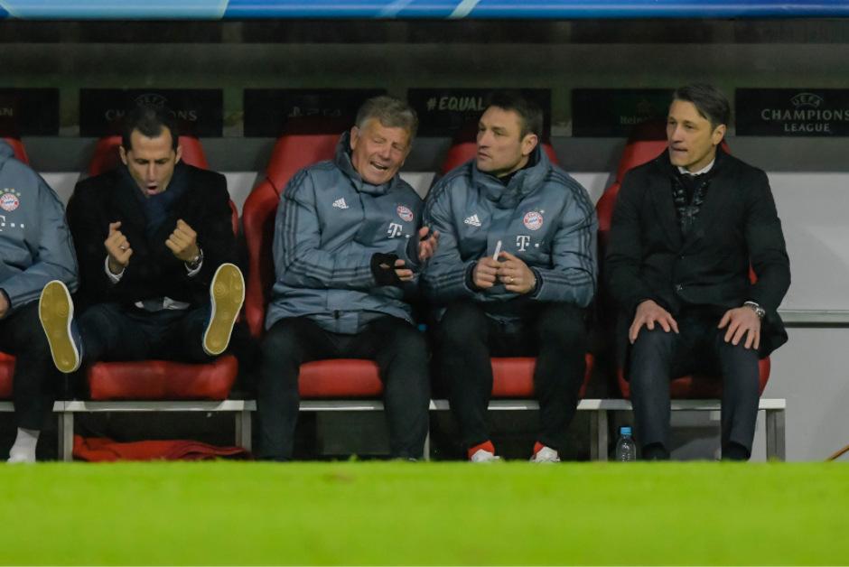 Bayerns Sportdirektor Hasan Salihamizic und dem Trainerstab um Chefcoach Niko Kovac (r.) stand die Enttäuschung ins Gesicht geschrieben.