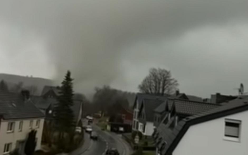 Durch den Tornado wurden mindestens fünf Menschen verletzt. Dutzende Häuser wurden beschädigt.