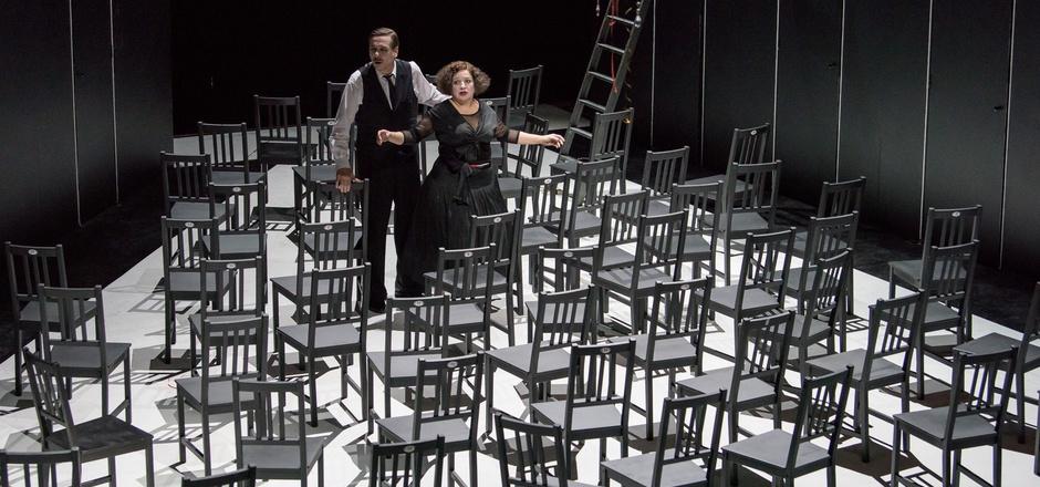"""Im Sesselwald: Maria Happel und Michael Maertens brillieren in Ionescos 1952 uraufgeführtem Klassiker des Absurden Theaters """"Die Stühle""""."""
