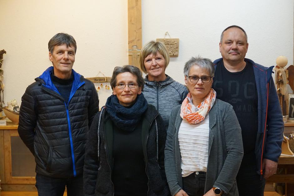 """Das """"Machlkammer""""-Team mit Richard Schneider, Eva Wahler, Christine Veider, Elisabeth und Reinhold Köfele (v.l.) bietet Kunst aus Glas, Ton, Filz, Holz und anderen Materialien."""
