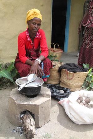 Eine tansanische Frau mit einem Energiesparofen.