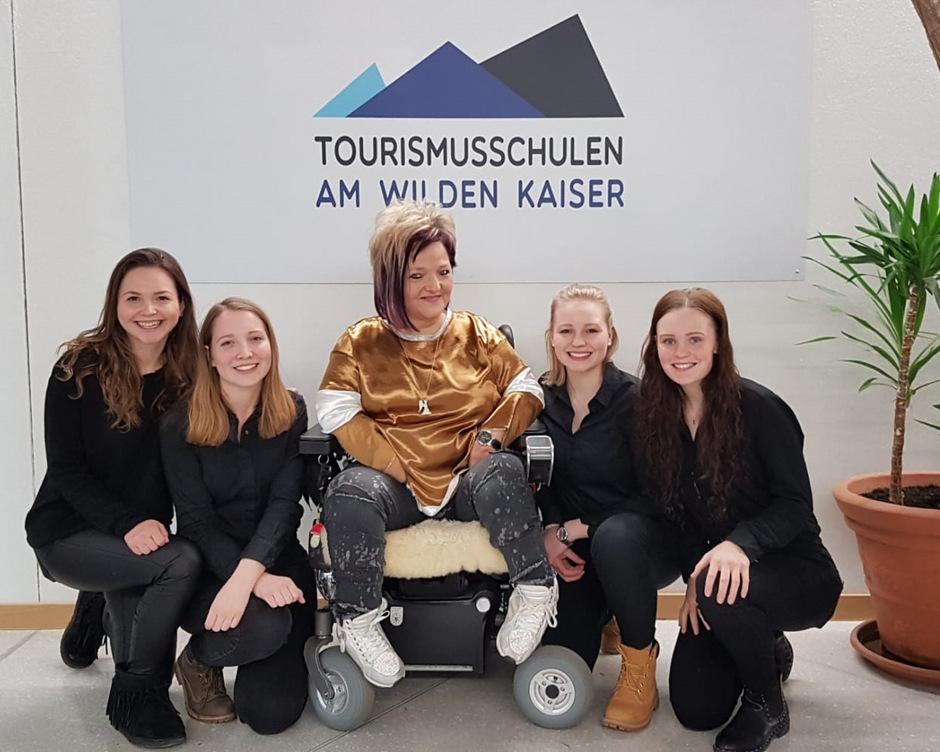 Lea, Emelie, Laura und Laura (von links) sprachen mit Marianne Hengl (M.) über barrierefreien Tourismus.