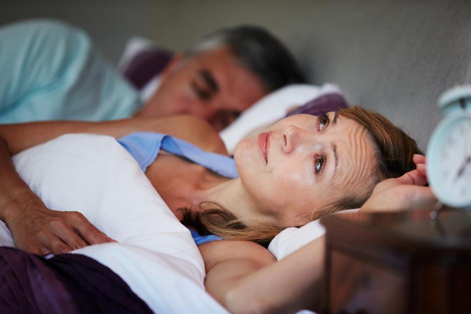 Mit dem Alter steigen die Schlafprobleme bei Frauen auf mehr als Doppelte an: Von mehr als 34 Prozent bei Unter-Dreißigjährigen auf 72 Prozent bei Über-Sechzigjährigen.