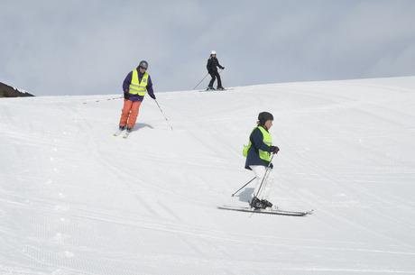 Die Vibrationsfernbedienung hat Sofia beim Skifahren am Handgelenk.