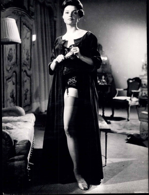 "Die 32-Jährige Nadja Tiller bei Dreharbeiten zum Film ""Affäre Nina B."" (1961) im Studio de Boulogne in Paris."